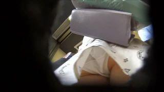 電車でJDのパンティを逆さ撮りして電車を降りた後も追跡!