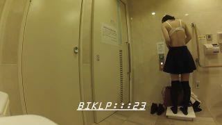 トイレで着替えをするニーハイのJKを隠し撮り!