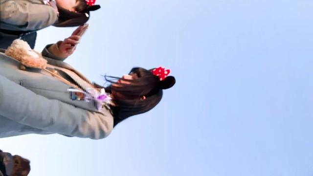 『夢の国に来た制服女子校生のパンティを盗撮する』①
