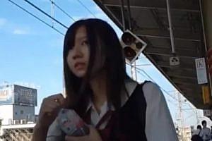 《エスカで制服女子校生のスカートめくる》水色のテカテカパンティ撮影♡