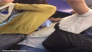 電車内でお姉さんのお尻にポコチンを押し付ける変態男を隠し撮り