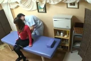 施術中にマッサージ師が勃起したのがバレて綺麗なドS美女におちんちんを虐められる!