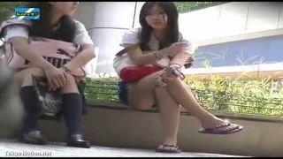しゃがんで座る女の子のスカートの中から見えるパンツをチラ見。話をする女の子、お弁当を食べる女の子のパンツ。