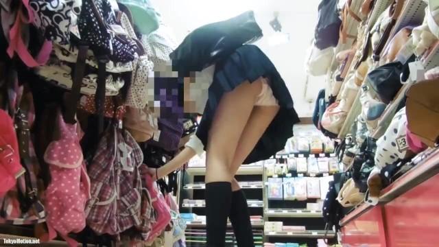 【パンチラ盗撮】普段使いできるバッグを物色するJKをロックオンしてパンティ撮影!