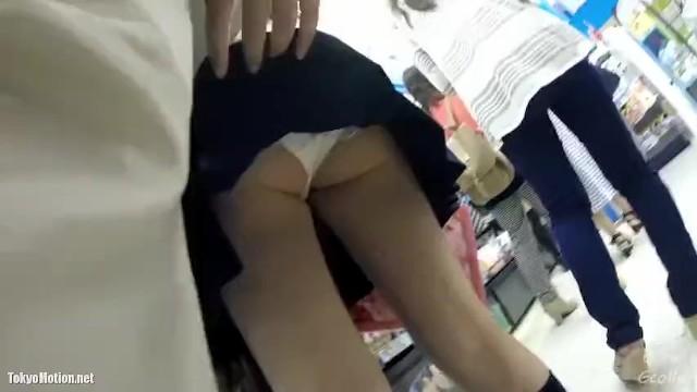 【パンチラ盗撮】グッズ売り場でレジに並んでいるミニスカJKのスカートをめくりながら逆さ撮り!