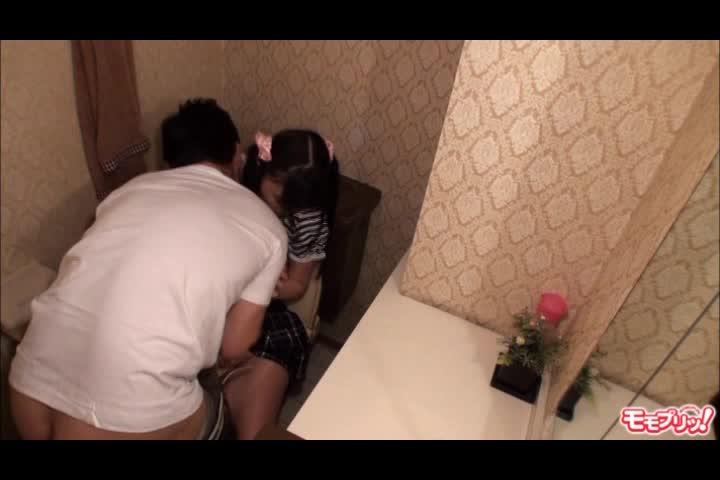 両親の居ない日を狙い幼いJC妹をトイレでレイプするところを隠し撮りする鬼畜お兄ちゃん