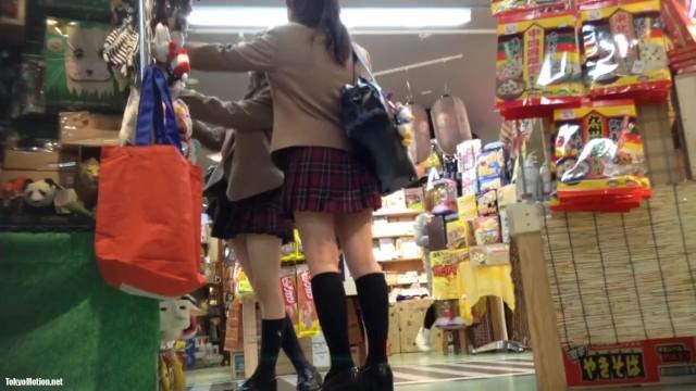 【パンチラ盗撮】面白グッズ売り場に来ていた制服JKをバレないように逆さ撮り!