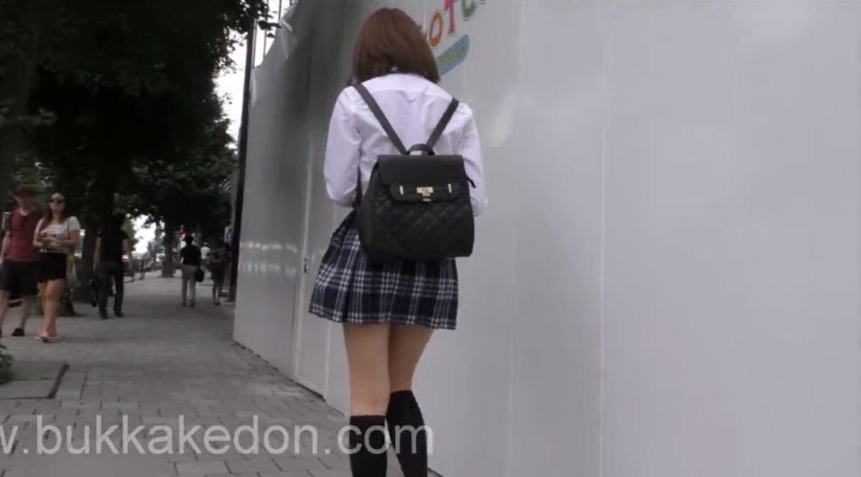 可愛い制服ミニスカ女子校生をずっと追いかけてパンティを逆さ撮り