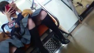 電車で対面に座ったスマホに夢中なJKのパンチラを徹底撮影