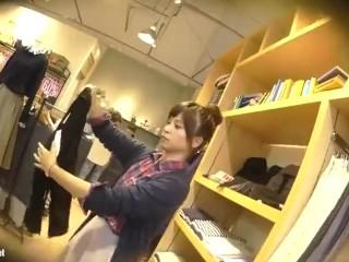 【パンチラ盗撮】お団子ヘアのアパレル店員さんに相談してるふりして逆さ撮り!