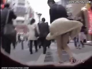 【パンチラ盗撮】風が強い日にJK達のスカートがめくれる模様のまとめ