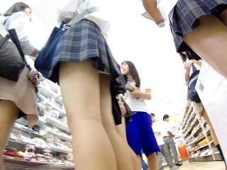 【パンチラ盗撮】コンビニで買い物するJK軍団をまとめて逆さ撮り!