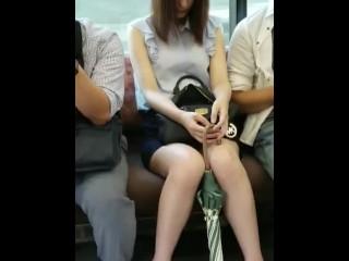 【パンチラ盗撮】電車で対面に座っているお姉さんが傘を足で挟みながらパンティが見えている件