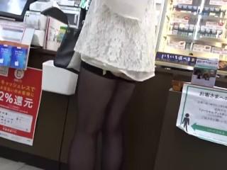 日本人 素人投稿 コンビニ ガーターベルト露出女を盗撮
